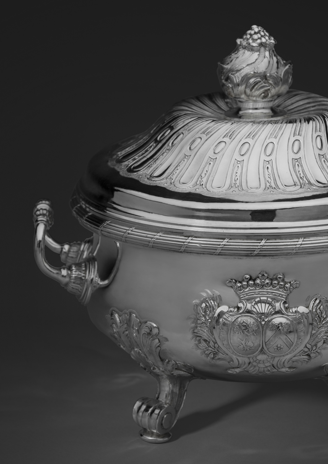 The silver tureen and stand from the Bandeville service - Galerie Kugel
