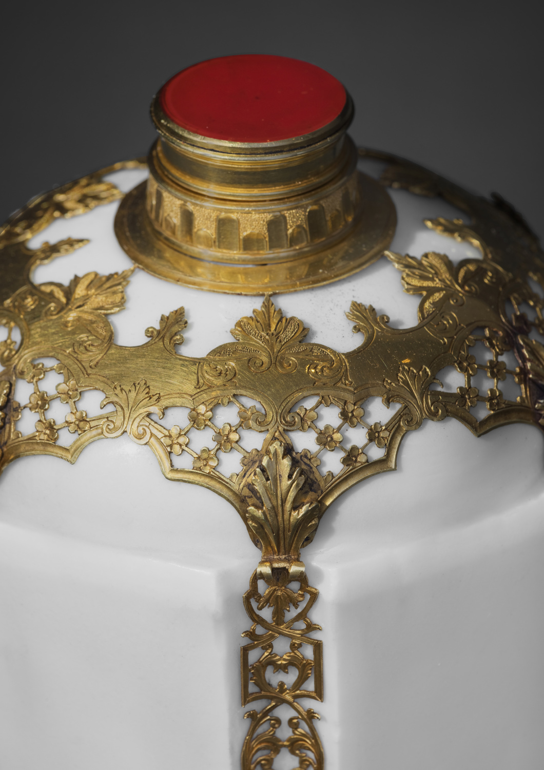An important set of three gold-mounted Du Paquier porcelain flasks - Galerie Kugel