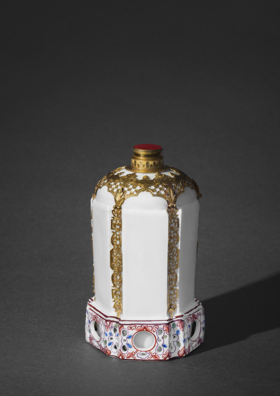 An important set of three gold-mounted DuPaquier porcelain flasks - Galerie Kugel