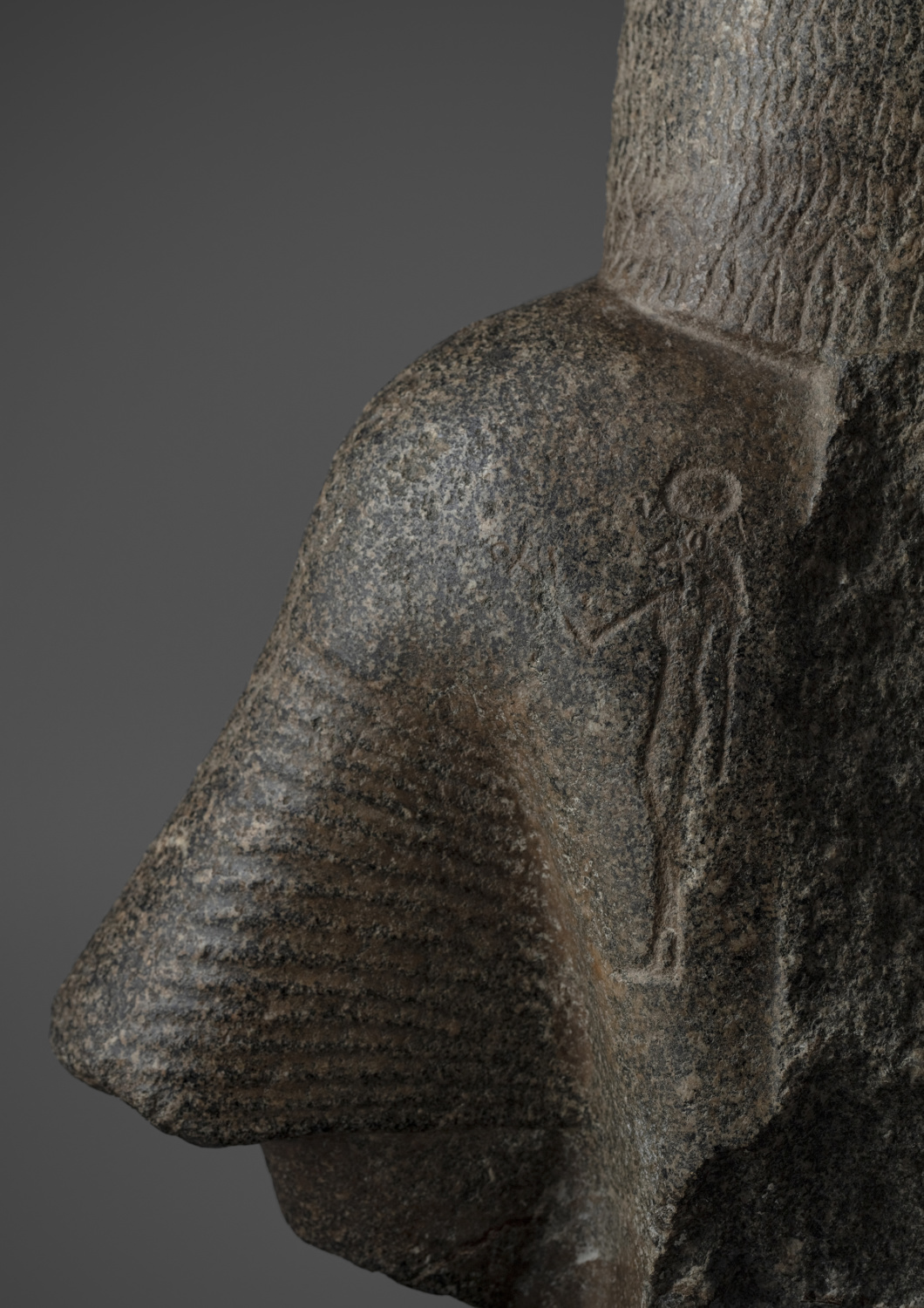 A grey Granite bust of an Egyptian dignitary - Galerie Kugel